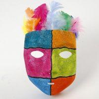 Grafische patronen en glitter verf op een kunststof masker