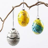 Echte eieren met glasverf en zwarte graphics