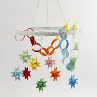 Metalen ring met gekleurde sterren en ketting van papier