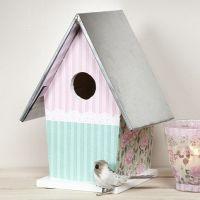Een vogelhuis met zinken dak met Vivi Gade decoupage papier