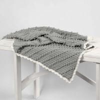 Een gehaakt baby dekentje met diagonale bobbels