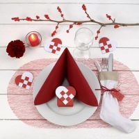 Decoreer een rood met witte kersttafel