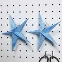 Een gevouwen ster geverfd met glitterverf