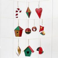 Decoraties van papier-maché voor Kerst, geverfd en gedecoreerd