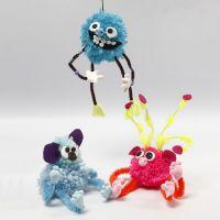 Fantasiedieren gemaakt van pompoms, chenille, kralen en Silk Clay