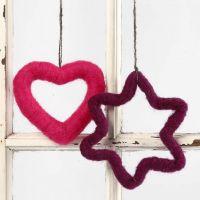 Een hart en ster die gedecoreerd zijn met naaldvilten