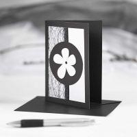 Een zwarte wenskaart met zwarte en witte decoraties