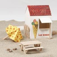 Parasol en picknicktafel van ijsstokjes