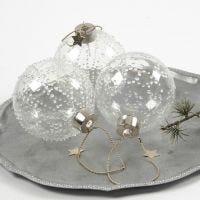 Glazen kerstballen met ijskristallen