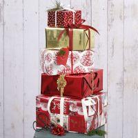 Inpakken voor kerst in rood, wit en goud