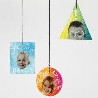 Hangende decoraties van glas met prints en teksten