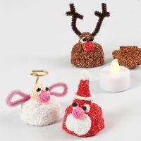 Een kleine kerstfiguur met een LED waxinelicht