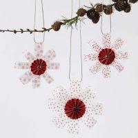 Hangende decoraties van vellum papierstroken gedecoreerd met een rosette en glitter