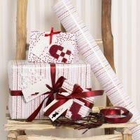 Geschenkverpakking gedecoreerd met kerstfiguren van Nabbi strijkkralen