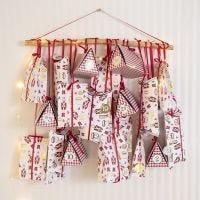 Adventkalender van vouwdozen en papieren zakken
