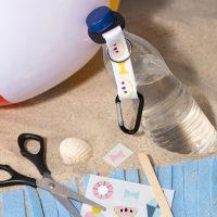 Een flessenhouder gedecoreerd met rub-on stickers