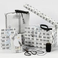 Zwart, wit en zilver glitter Cadeaupapier met houten vis en shaker paperclips