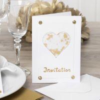 Uitnodiging met een hart van vellum papier en glitter en glans
