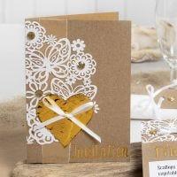 Uitnodiging met kartkarton, deco-folie hart en strasstenen