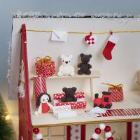 Kabouter maakt cadeaus in het huis van de kerstman