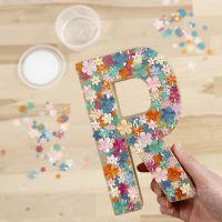 Papier-maché letter versierd met Sticky Base en pailletten