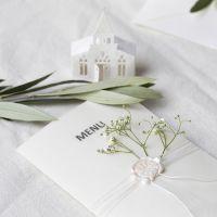 Off-white menukaarten met kerkje