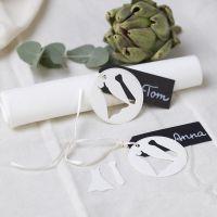 Plaatskaart voor huwelijk met trouwjapon en stropdas