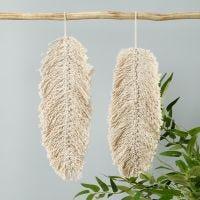 Een macramé hangende decoratie gevormd als blad