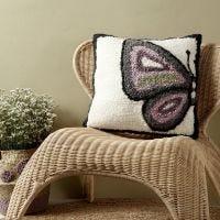Kussen met vlinder gemaakt met punchnaald
