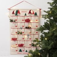 Hangende organizer als traditionele kerstkalender
