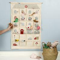 Een hangende organizer versierd als een speelhuis met opstrijkfolie