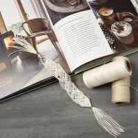 Macramé boekenlegger gemaakt van bamboekoord