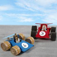 Raceauto's gemaakt van kartonnen kokers