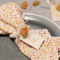 Servetten van patchworkstof en een servetring versierd met gedroogde bloemen