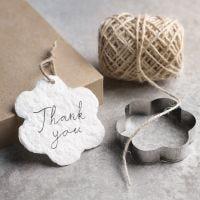 Zelfgemaakte geschenklabels gemaakt van zelfgemaakt papier