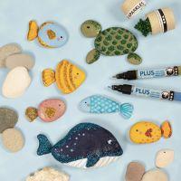 Zeedieren geverfd op stenen met stiften en versierd met bio-glitter