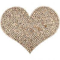 Een groot hart met een patroon gemaakt van houten schijven