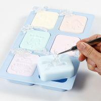 Reliëfontwerpen  maken in handgemaakte stukken zeep